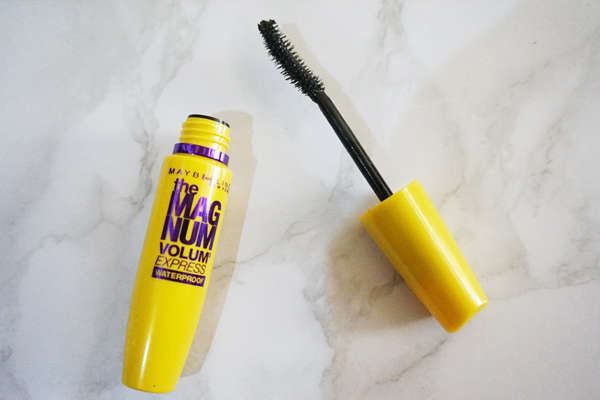 mascara-maybelline-the-magnum-volum-express-vang-1
